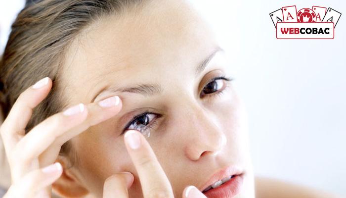 Cách sử dụng kính áp tròng xem qua bài