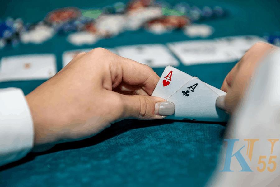 Sau khi chơi poker, bạn nên chọn tay khi chơi poker