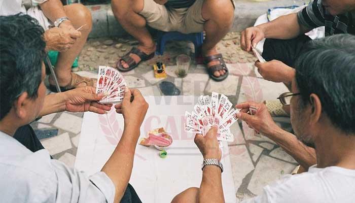 Đánh bài trong tổ tôm
